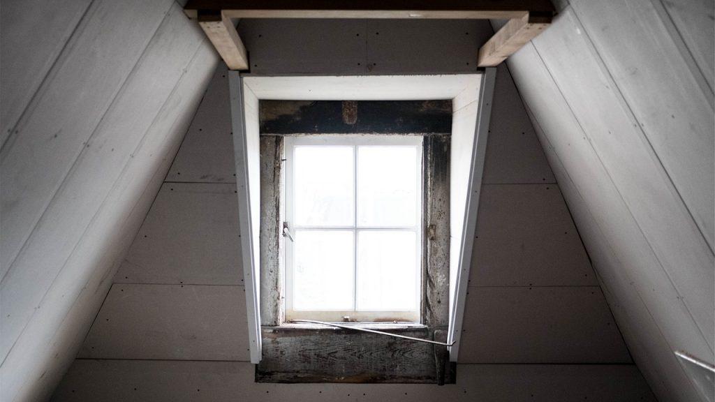 Doublage en plaque de plâtre d'une pièce située sous rampants de toit
