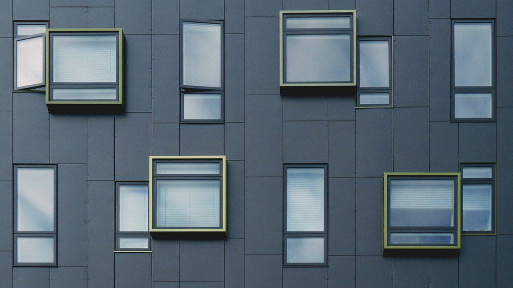 Façade d'un immeuble comprenant des fenêtres géométriques
