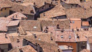 Toits de maisons situés dans un village provençal
