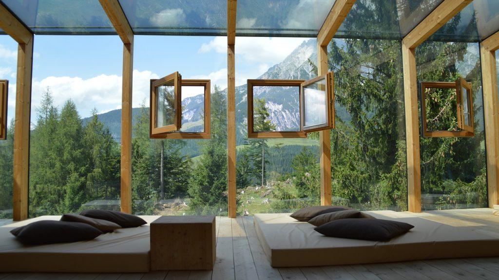 Fenêtres à ouverture à la française sur véranda d'une habitation alpine