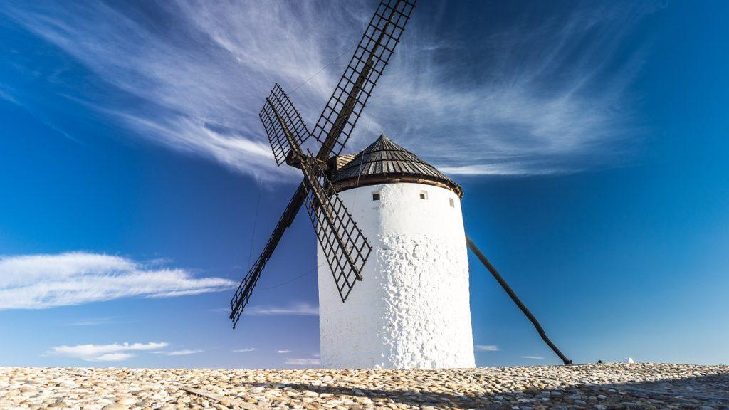 Moulin à vent blanc sous un ciel bleu azur