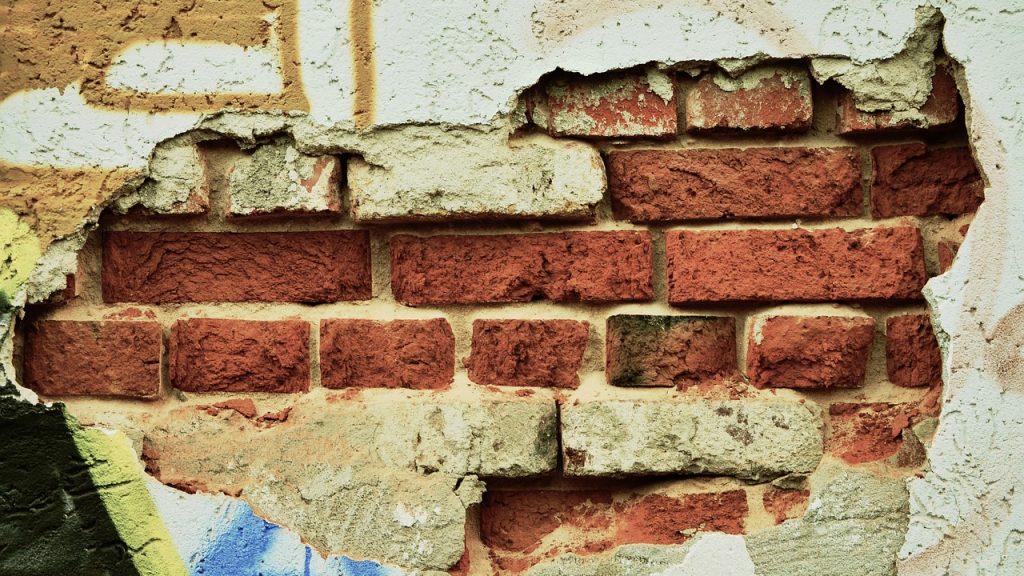 Mur brique enduit extérieur, éventré