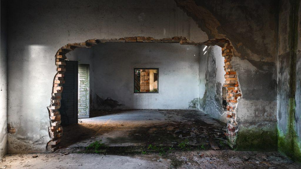 ouverture dans un mur de brique d'un local désaffecté