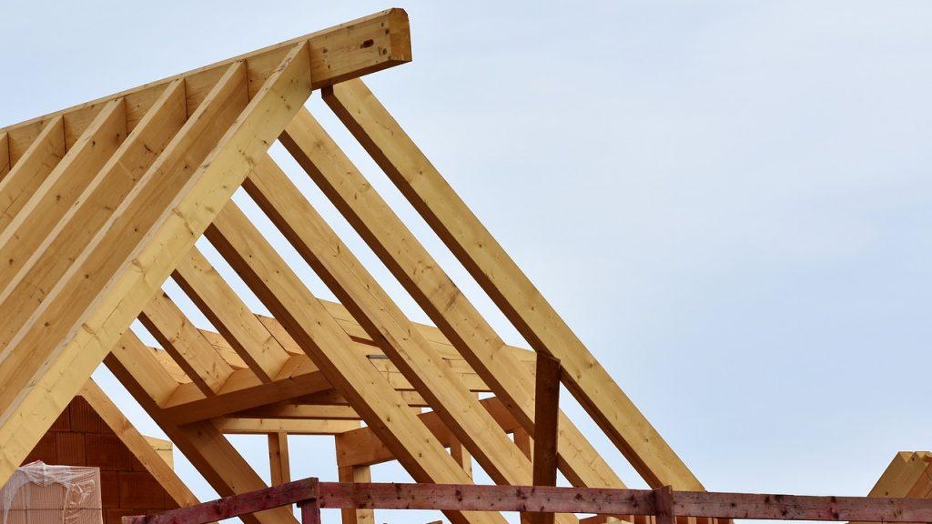 Structure d'une toiture avec fermettes en bois