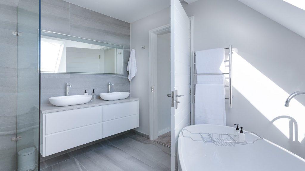 Salle de bains contemporaine composée d'un meuble double vasques, une douche ainsi que d'une baignoire ilot