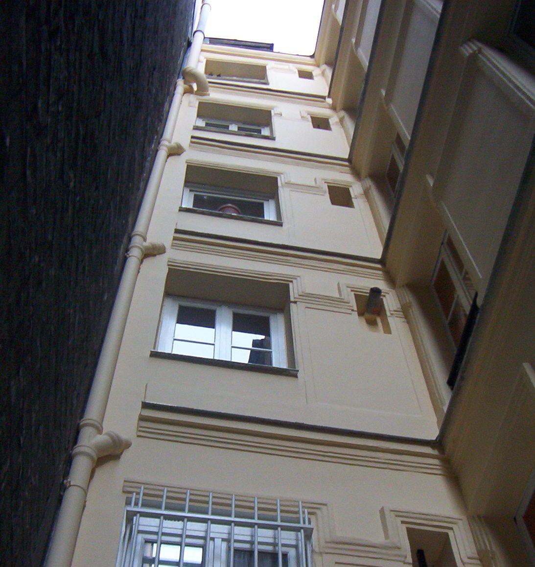 Références - Ravalement fini d'une façade sur cour d'un immeuble parisien