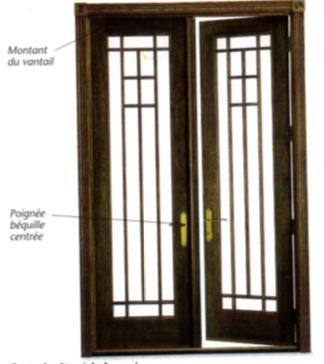 Porte fenêtre bois deux vantaux battants à poignée béquille centrée