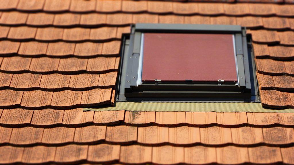 Fenêtre de toit avec store extérieur diffusant