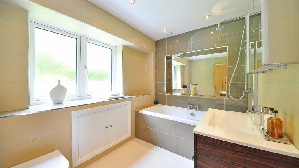 Salle de bains composée d'une baignoire droite et d'une vasque