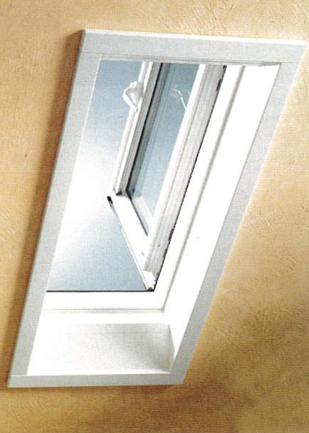 Vue intérieure d'une fenêtre de toit blanche à ouverture latérale