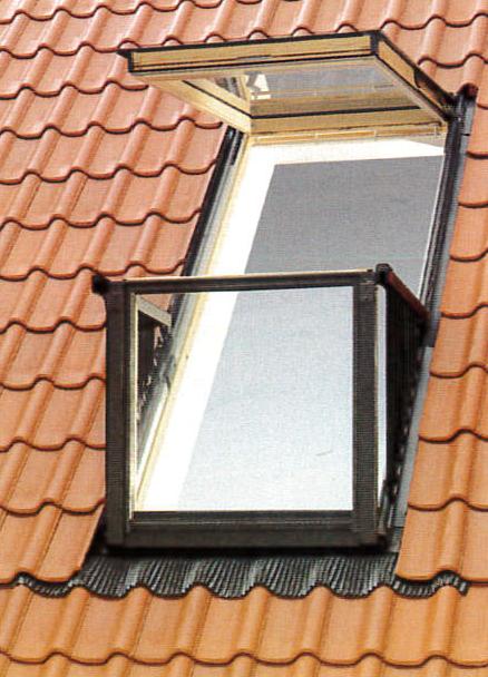 Vue extérieure d'une fenêtre de toit sur mesure à deux parties pivotantes