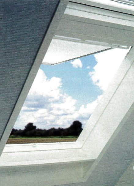 Vue intérieure d'une pièce d'une fenêtre de toit blanche pivotante